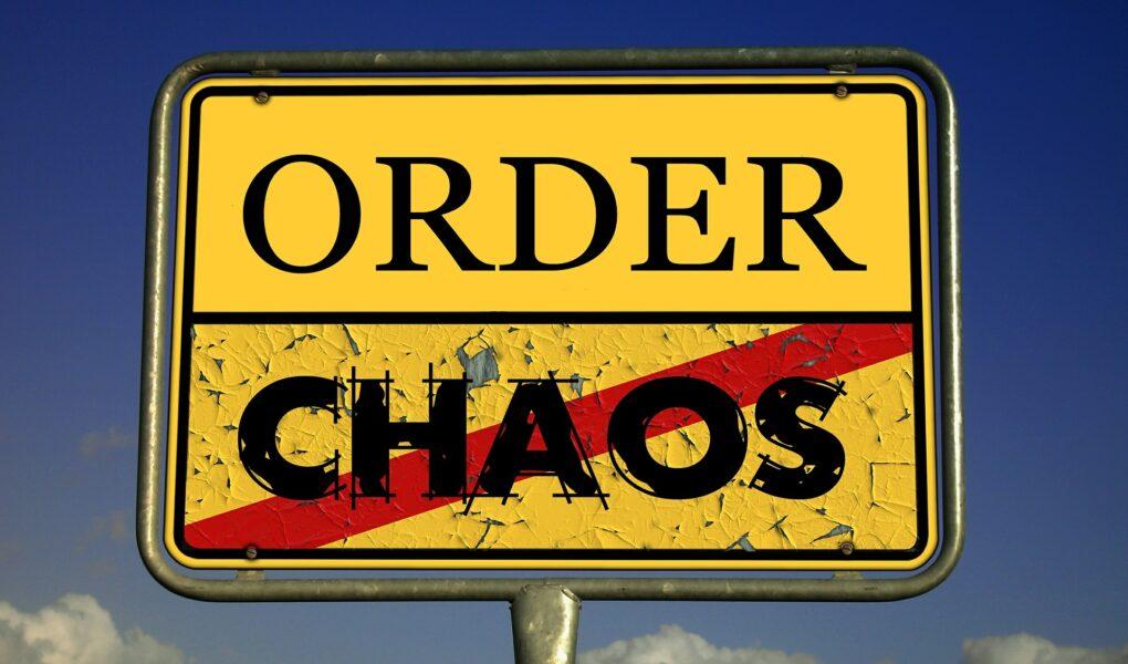 """Verkehrsschild """"Chaos"""""""